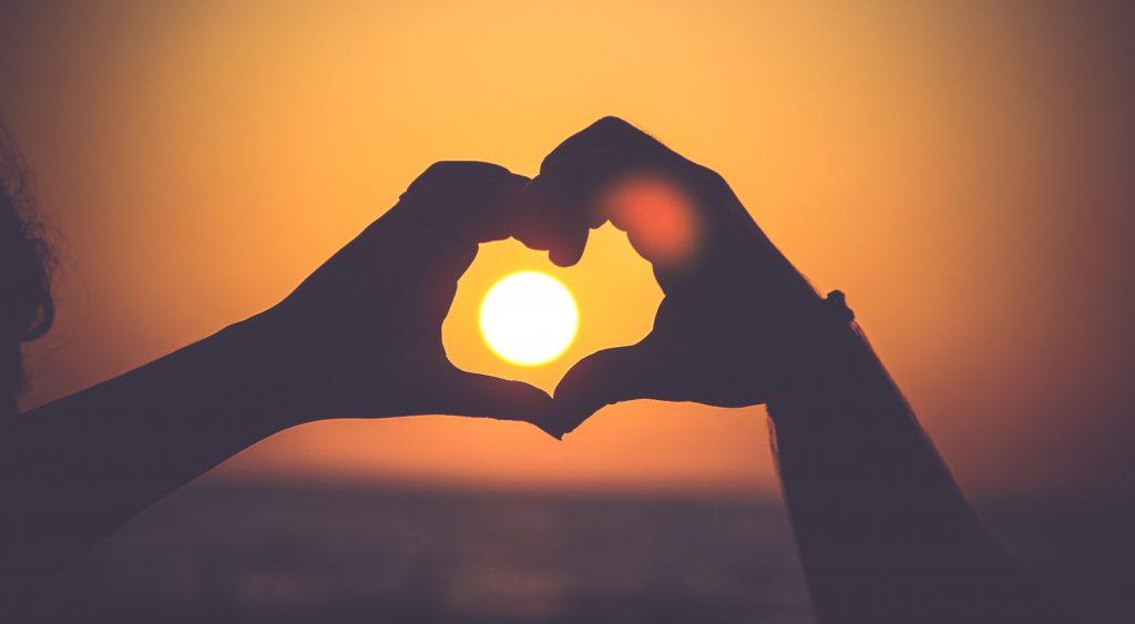 pareja-manos-corazon-sol